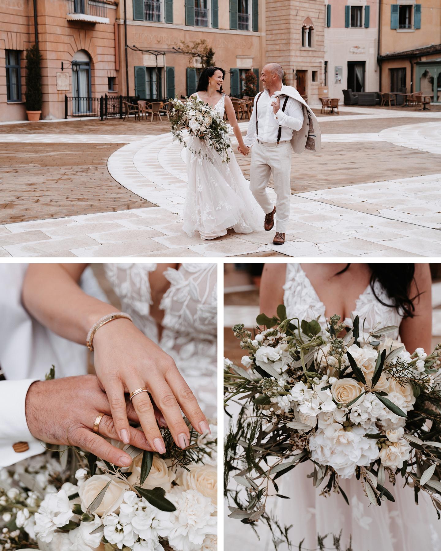 Brautpaar im Boho Greenry Look schlendert hat in Hand zum Traualter. Die Braut trägt einen großen Brautstrauß mit weißen Blüten und Olivenzweigen.