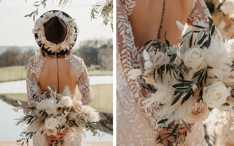 Die Braut ist von Hinten zu sehen, der ausschnitt des Kleides kommt so zur Geltung. Sie trägt einen dunkelbaruenen Hut aus Filz mit Pampasgras geschmückt und einen Brautstrauß in Beige, Grün.