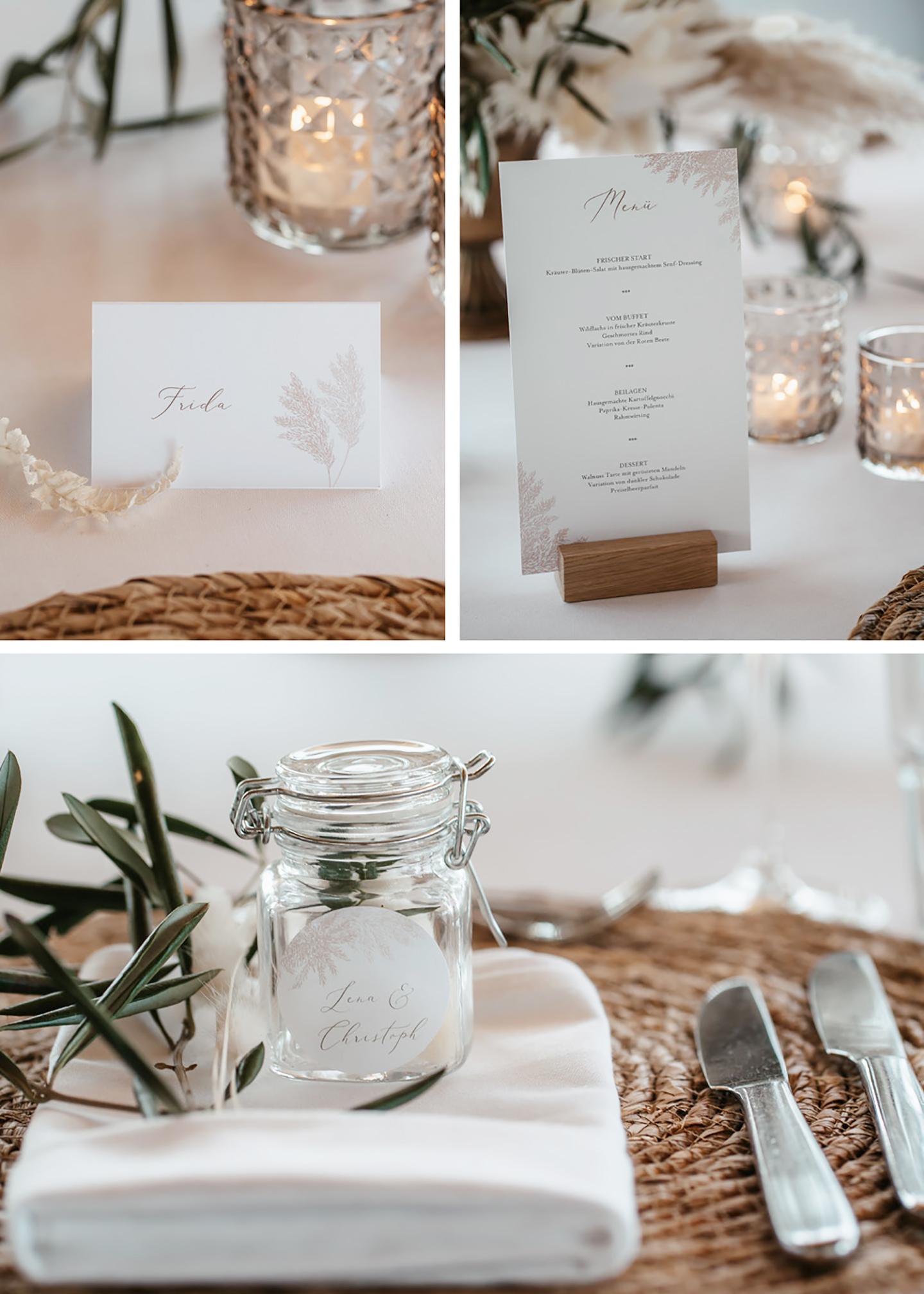 Die Hochzeitspapeterie auf dem Tisch besteht nicht nur aus der Menükarte sondern auch aus kleinen Tischkärtchen und Aufklebern auf den Gastgeschenken.
