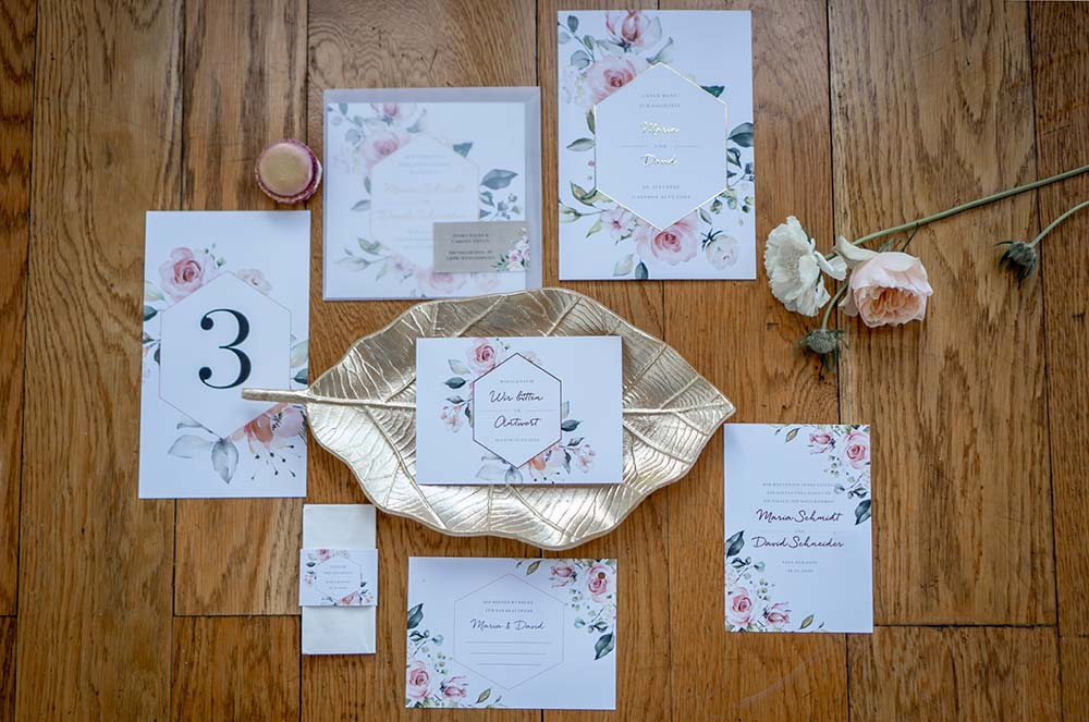 Hochwertige Papeterie mit handgezeichneten Blumen und Folienveredelung in Gold.