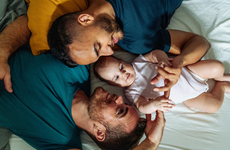 """Zwei Papas kuscheln mit ihrer Tochter mit dem nordischen Mädchennamen """"Siv"""""""