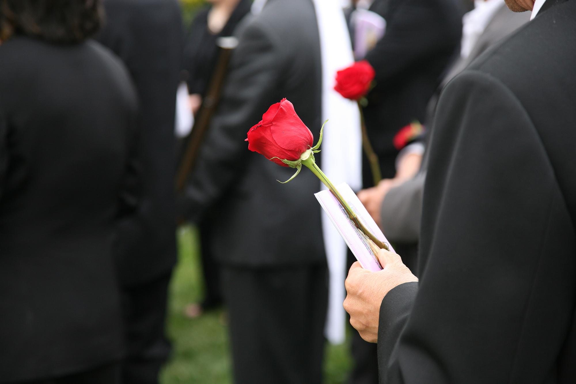 Menschen auf einer Beerdigung