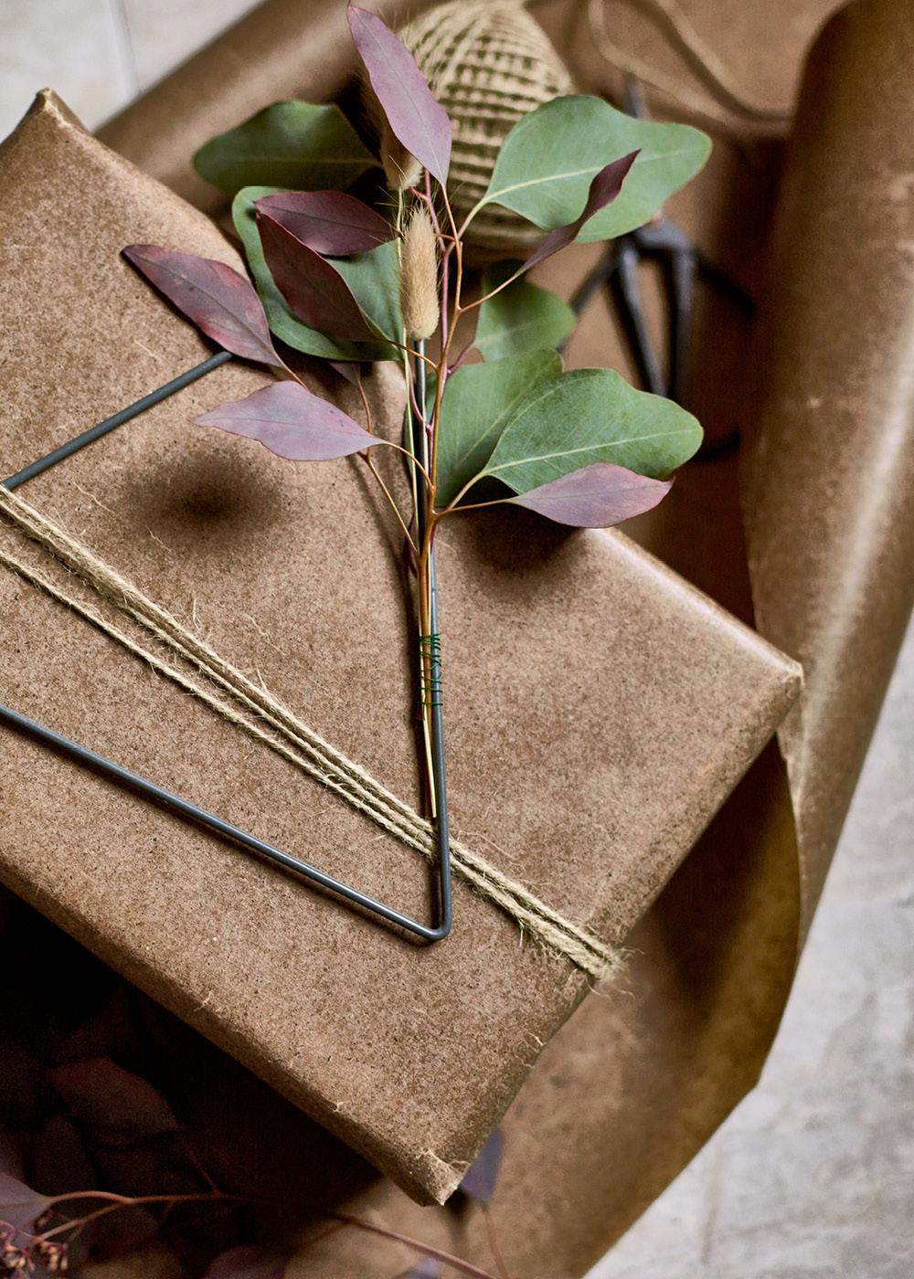 Geschenk mit Packpaier verpackt und liebvevoll mit Details geschmückt zum verschenken zu Weihnachten.