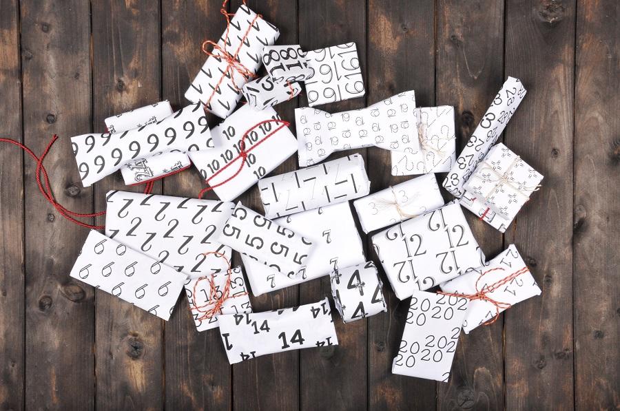 Adventskalender selber basteln: Geschenke sind in gedrucktes Papier mit Zahlen gepackt.