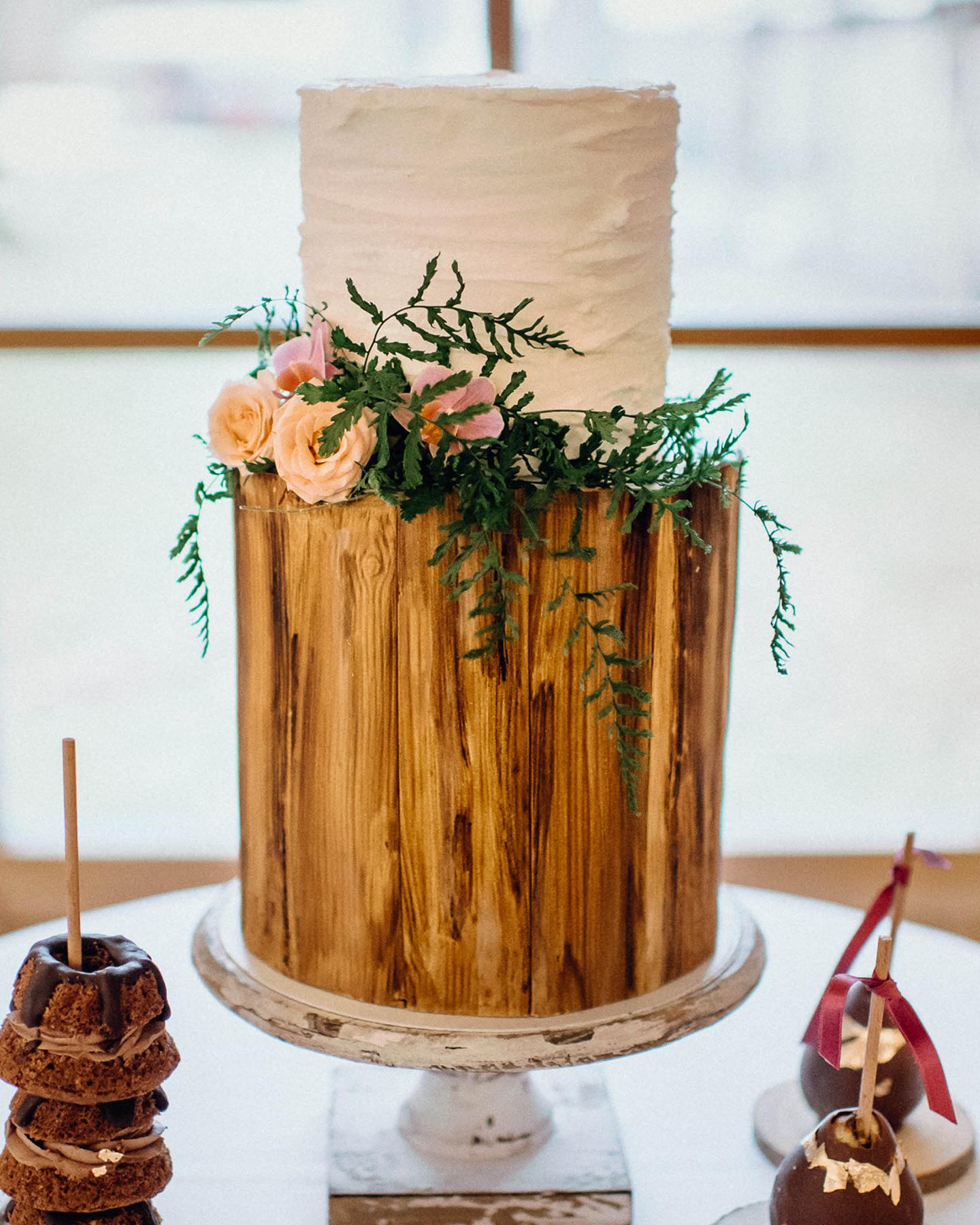 Hochzeitstorte mit Fondant im rustikalen Holz-Optik Stil. Verziert mit wilden Blumen und Pflanzen