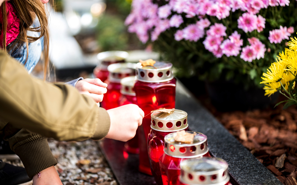 Checkliste Trauerfall: Geschmücktes Grab