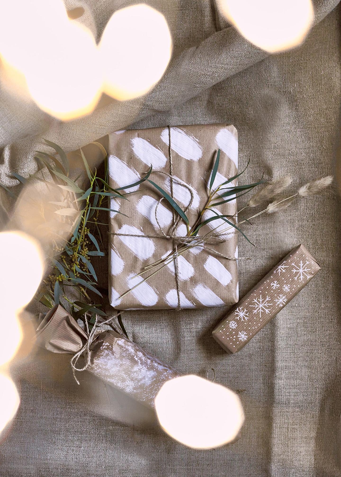 Liebevoll bemalte Geschenke: DIY Geschenkverpackung basteln Endergebnis