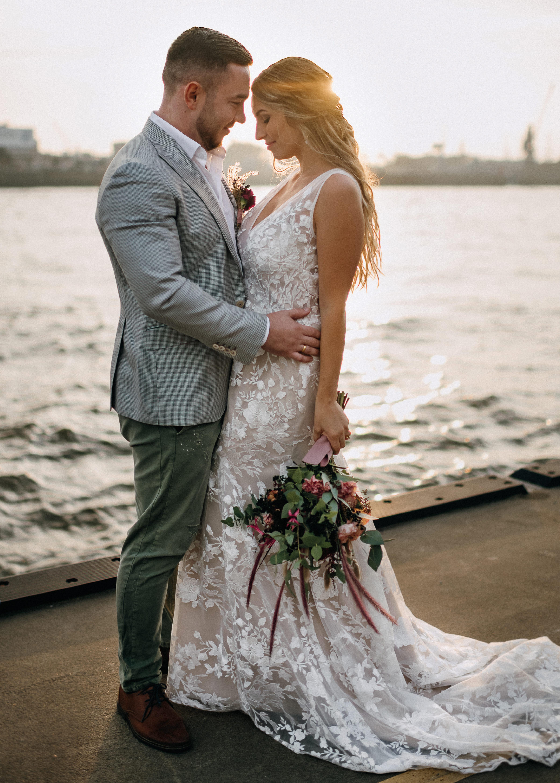 Hochzeit in der Stadt, Brautpaar an der Elbe, Sonnenuntergang