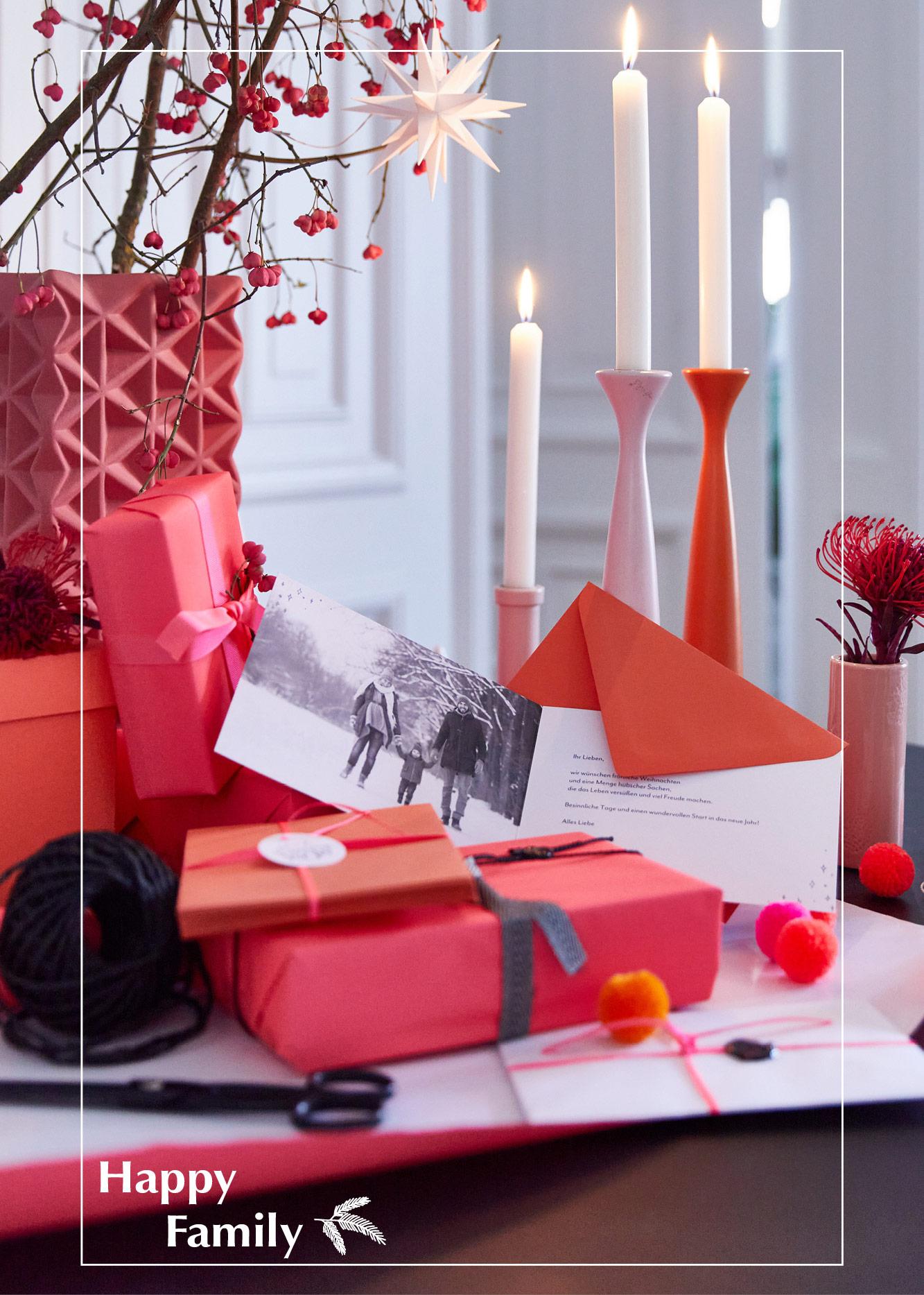 Gedeckter Weihnachtstisch mit Neon Farben