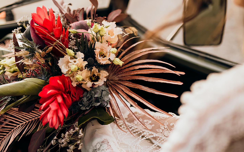 Der Brautstrauß wild zusammengesteckt, in warmen Rot-, Braun-, Orange- und Rosttönen