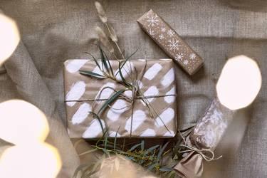 Geschenkverpackungen selbstgebastelt und mit Farbe bemalt, verziert und geschmückt zu Weihnachten.