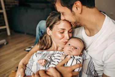 Glückliche Eltern mit Baby