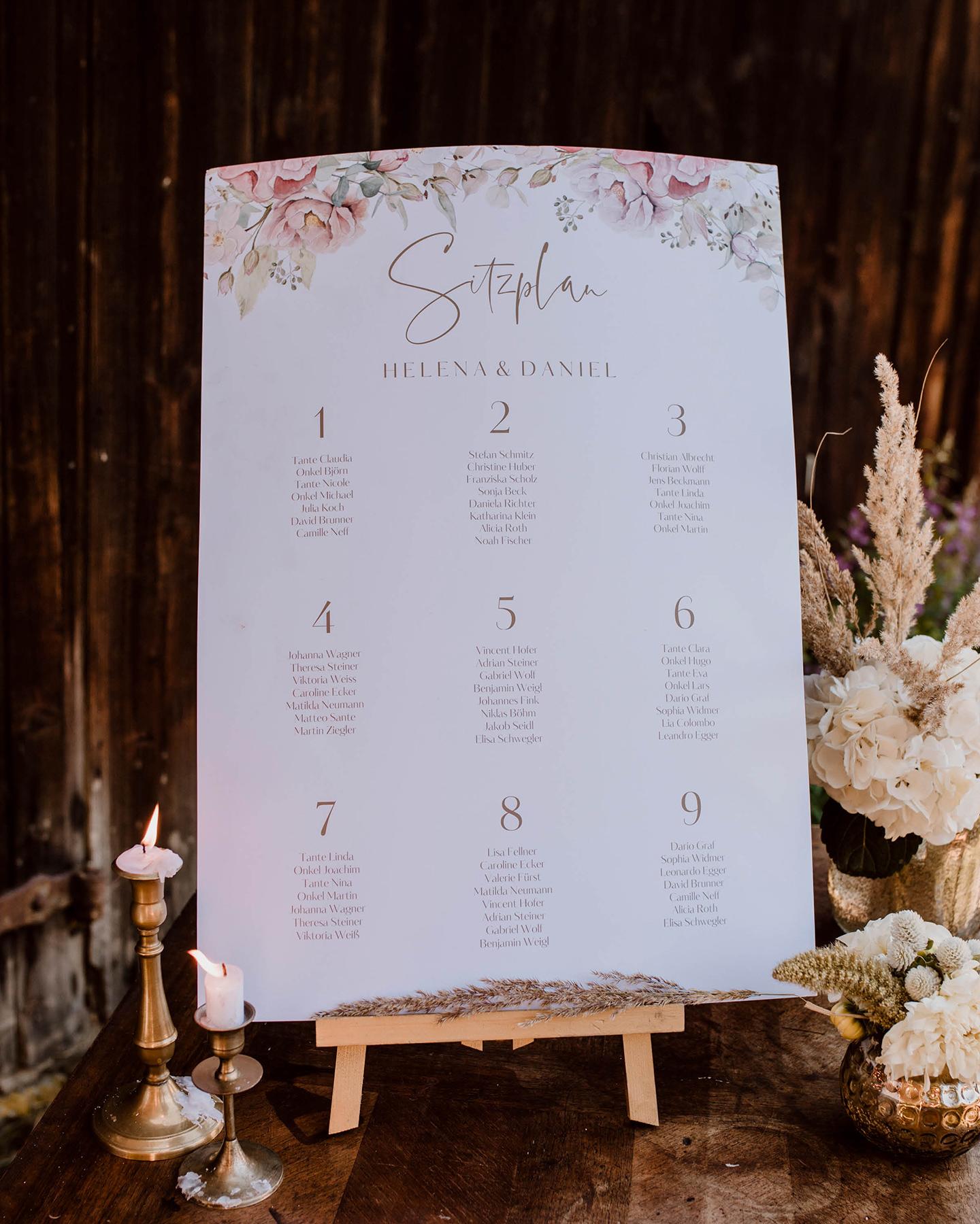 Plakat mit Sitzplan für die Hochzeit aufgestellt auf einer kleinen Staffelei