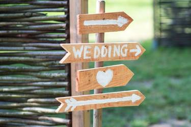 Wegweiser aus Holz zur Hochzeit